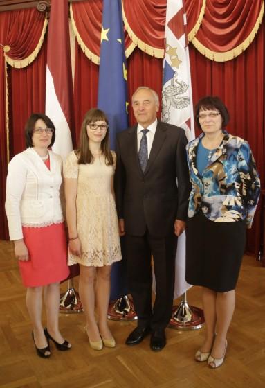 Dita ar mammu, Valsts prezidentu A.Bērziņu un vēstures skolotāju L.Bukovsku